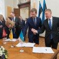 Põhiseaduskomisjoni esimees Kalle Laanet ulatas koalitsioonileppe allkirjastamisel pastaka tollasele Tallinna Sadama nõukogu esimehele Remo Holsmerile.