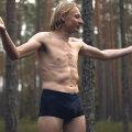 Kristjan Piirimäe kisub endal riided seljast, et tõestada: metsas on inimesel halb ja ebamugav liikuda.