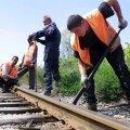 Töömehed võtavad Haapsalu raudteed üles