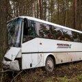 Maakonnaliinide buss sõitis teelt välja otse vastu puud.