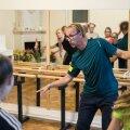 Praegu käib Märt Agu noortele tantsu õpetamas erinevates koolides. Eile juhendas ta Hanna-Liina Võsa muusikakooli õpilasi.