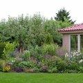 Kui ehitati aiamajake, pidi ka ümber selle peenra tegema, et aed oleks tasakaalus.