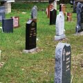 Tehase taga näidiste platsil on reas erinevad hauakivid.