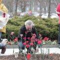 DELFI FOTOD: Öise vahtkonna pronksiöö mälestusüritusele kogunes kümmekond inimest