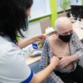 Kolmandat vaktsiinidoosi hakatakse ilmselt esmajärjekorras süstima eakamatele, sest neile on COVID-19 kõige ohtlikum.