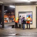 Rongiliikluse käivitamisega kimpus Elron saatis eile Balti jaama perroonile reisijaid abistama infotöötajad. Abistajad on jaamas jaanuari lõpuni ja iga päev kell 13.30–20.30.