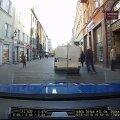 VIDEO | Üliohtlik olukord: Tallinna vanalinnas hakkas ootamatult veerema kaubik koos väikeste lastega