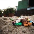 Terve päeva toodi traagilises õnnetuses hukkunud pere mälestuseks maja juurde lilli, küünlaid ja mänguasju.