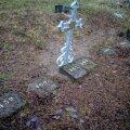 Liiva kalmistu tundmatute inimeste hauad. Üks tundmatu on hiljem tuvastatud ja omaksed on talle risti püstitanud.