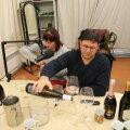Käib töö ja vile koos: sommeljee Urvo Ugandi valab välja Eesti veini.