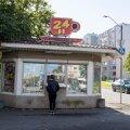 Lasnamäe Kärberi tänaval on ööpäev läbi lahti putka, kus müüakse kõike hamburgerist šampoonide ja ajakirjadeni. Müüja sõnul on kõige populaarsemad tooted ajakirjad ja sigaretid.
