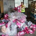 Alder Harkmann näitab ühe inimese poolt aasta jooksul tekitatud plastprügi kogust.