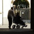 Liikumispuudega inimene ja tema hooldaja Itaalias. Foto on illustreeriva tähendusega