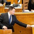 Peaminister Jüri Ratas õhemate investeeringutega eelarvet üle andmas