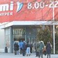 ФОТО | Новая реальность: чтобы попасть в магазин, нужно отстоять очередь