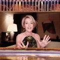 """В этом году многие звезды участвовали в церемонии """"Золотой глобус"""" удаленно. Актриса Джиллиан Андерсон"""