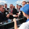 VIDEOD   Huvitav kokkusattumus: Putin ostis lennundusnäitusel jäätist samalt müüjalt, kellelt kaks aastat tagasi