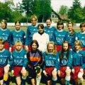 Pärnu Central koos peatreener Raimo Paulbergiga 1995. aastal. Esireas on kõige paremal Varje Tugim, kes meenutab, et tal tuli kanda teistest erinevat särki, sest õige vorm näpati õues kuivatusnööri pealt ära. Tagumises reas on kõige paremal Annika Tammela, kes valiti 1999. aastal Eesti parimaks jalgpalluriks, aga hukkus 2001. aastal traagiliselt liiklusõnnetuses.