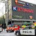 Politsei- ja kiirabiautod Espoo kaubanduskeskuse juures, kus albaanlasest mees lasi 31. detsembril maha neli inimest.