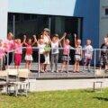 Lastekaitsepäeval vahvate tantsudega esinenud show- ja hip-hop-tantsijad koos oma juhendajaga. Foto: Aile Kaljola