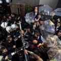 Töötajad takistavad märulipolitseid sisse tungimast Kanalturki ja Bugün TV hoonesse. Meediakanalid kuuluvad Koza Ipek Holdingule, millel on sidemed Fethullah Güleniga.