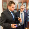Юри Ратас вручил Биллу Гейтсу цифровое удостоверение личности э-резидента Эстонии