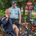 Noormees Läti politsei vihmakeebiga