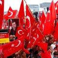 """Pühapäeval mattus Köln punalippudesse, mille seas oli ka palju Erdoğanigaplakateid ja loosungeid """"Gülen imbub riiki sisse ka Saksamaal""""."""