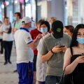 Vaktsiiniootajate järjekord reedel Moskvas Solarise keskuse ees