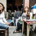 Marianna (vasakul) heidab moepärast vahepeal pilgu ka ekraanile, kuid suurem osa peolisi on juba ammu telerist eemale kolinud.