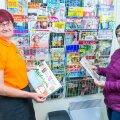 Vastse-Kuuste elanik Lia Rootslane (paremal) ütles kohaliku postkontori juhatajale Hilja Jõksile, et tema küll pole nõus ajalehtede ja ajakirjade müügi lõpetamisega.