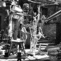 """Männik Pariisis Zadkine'i ateljee õuel, käsil on skulptuur """"Helisev perspektiiv"""". 1956."""