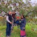 Mihkel ja Bea poegadega oma õunaaias.