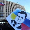 Donetski valitsushoone juures olev meeleavaldaja on peale Janukovõtši maalinud plagule nii Vene kui ka Ukraina lipuvärvid.