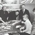 Nemad mõtlesid välja Lasnamäe: Mart Port, Malle Meelak, Hugo Sepp, Karl Tallo, Ene Aurik ja Irina Raud Lasnamäe maketi juures, detsember 1972
