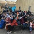 Linnast põgenema pääsenud hirmunud naised koos peredega ootavad Kabuli lennuväljal võimalust Afganistanist lahkumiseks. Teisipäeval kutsus islamiorganisatsioon naisi oma valitsusega liituma, samal päeval tapsid Talibani võitlejad naise, kes ei kandnud burkat.