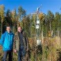 Maaülikooli professor Veiko Uri (paremal) on koos vanemteadur Jürgen Aosaarega uurinud, kuidas meie metsad süsinikuringes käituvad, et oskaksime neid majandada nii, et nad hakkaks paremini süsinikku siduma.