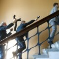 Reformierakonna rahastamisskandaali sattunud riigikogulane Kalle Palling põgenemas Delfi reporterite eest