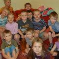 Daniel (istub diivanil, vasakult kolmas) sõpradega Puhhi rühmast lasteaias. Foto: Sirje Piirsoo