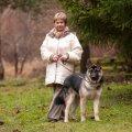 """Leelo 2007. aastal oma sõbra Jürkaga. Leelo annab ka pasliku kultuurivihje ajaks, mil muuseumid avatud: Maarjamäe ajaloomuuseumi uus näitus """"Koopast kaissu"""" võiks meeldida igale koerasõbrale."""