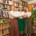 Rõõmus rahvatantsupere, vasakult vaadates Kristina, Kaja, Krete.