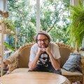 Kirjanik Jan Kaus elab Muugal, mõnusalt absurdses ja piiripealses aedlinnas, mida ta ise nimetab vaese mehe Nõmmeks.