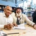Einar Ellermaa ja Rein Mets andsid meeleolukal raamatuesitlusel ühiselt autogramme. See kujunes üsna aegavõtvaks, sest Reinul tekkis kõigi laua juurde tulnutega pikem vestlus.