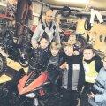Loo kultuurikeskuse keldris Jõelähtme tehnikaspordiklubi vedav Väino Haab koos väikeste motohuvilistega. Foto: Martin Rits