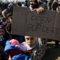 Kreeka piiril ootavad edasipääsu tuhanded põgenikud, riikide vahel kasvavad pinged