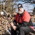 """Juha Mieto tõeliseks kireks on nüüd metsatöö ja puude lõhkumine. """"Üldse meeldib mulle metsas olla, just üksi. Olen elu jooksul nii palju inimestega suhelnud, et vahel kulub üksiolek marjaks ära,"""" tõdeb ta"""