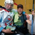 Vallo Hansen meelitas piimapuki otsa noore jäähokimängija Rõuge vallast ja kõneles talle, kui hea on Kehtna kandis elada. Foto: Kaire Soomets