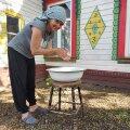 MEIE KÜLA EIT Ave Nahkur lobistab käed puhtaks vanaema Anna silmapesukausis.