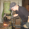 Artur Taevere õpib ka ise kogu aeg: paar nädalat tagasi näiteks sepikojas nuga meisterdama.