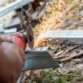 Ketaslõikuriga metalli lõigates tuleb jälgida, et ketas asetseks lõigatava materjaliga kindlalt täisnurga all risti.